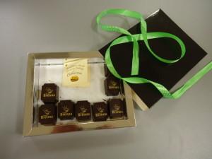czekoladki-z-logo-brennej-wytwarza-czlonkini-osady-inicjatyw
